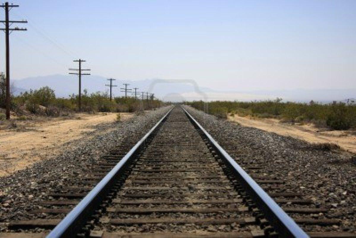 10382675-ferrocarril-en-el-desierto-con-punto-de-fuga