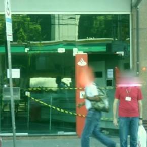 Porto Alegre, Brasil: La solidaridad es una fuerza viva! Ataque a cajeros automáticos del banco Santander en solidaridad con Mónica y Francisco. (es/por)